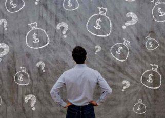 Hombre pensando en cómo invertir